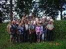 wspólne zdjęcie myśliwych z różnych kól  przed zawodami na strzelnicy w Ostrowicach
