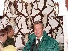 """Prezes WKŁ 'Jeleń"""" w Krynicy-Zdroju kol.Józef Sojka-inicjator wystawy łowieckiej """"Łowiectwo w sztuce""""-podczas otwarcia muzeum w """"Łuczakówce""""."""